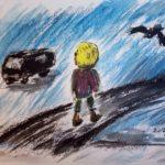Eine blonde Frau läuft durch den Regen, sie sieht zu einem schwarzen Bus hinüber, von rechts oben fliegt ein Rabe heran.
