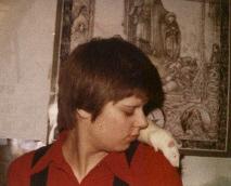 Mein jugendliches Ich und die Ratte Ruby auf meiner Schulter. An der Wand dahinter ein LotR-