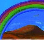 Regenbogen, von links unten nach rechts oben, darunter eine rötliche HügelLandschaft. Patellkreide auf blauem Papier.